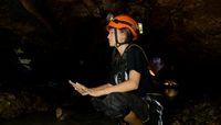 Inka Fitria yang kesulitan bernafas dalam gua (My Trip My Adventure)