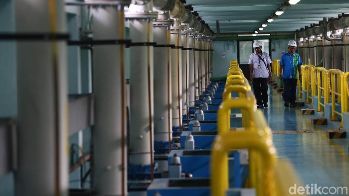 Pemprov DKI Jakarta Akan Hentikan Swastanisasi Air  Petugas mengecek instalasi air milik Palyja, Jakarta, Rabu (13/2/2019). Gubernur DKI Jakarta Anies Baswedan menilai swastanisasi air tak menguntungkan warga Jakarta. Menurutnya, ini menjadi salah satu alasan pihaknya akan mengikuti putusan Mahkamah Agung untuk menghentikan swastanisasi. Grandyos Zafna/detikcom