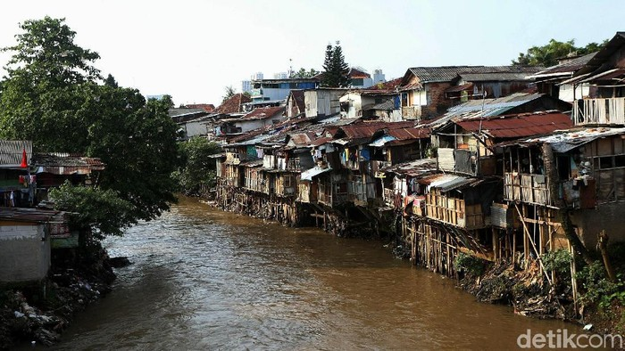 Ilustrasi banyaknya bangunan berdiri di tepi Ciliwung yang mempersempit badan sungai. (Agung Pambudhy/detikcom)