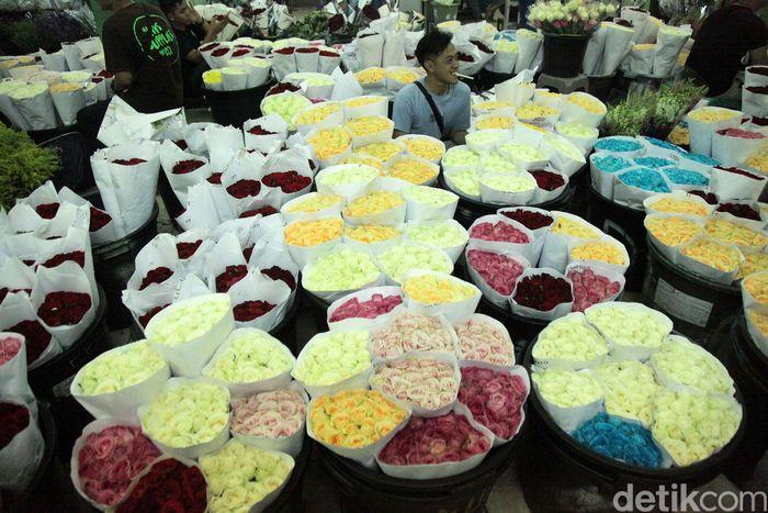 Pedagang bunga mawar menggelar dagangannya di Pasar Rawa Belong, Jakarta.