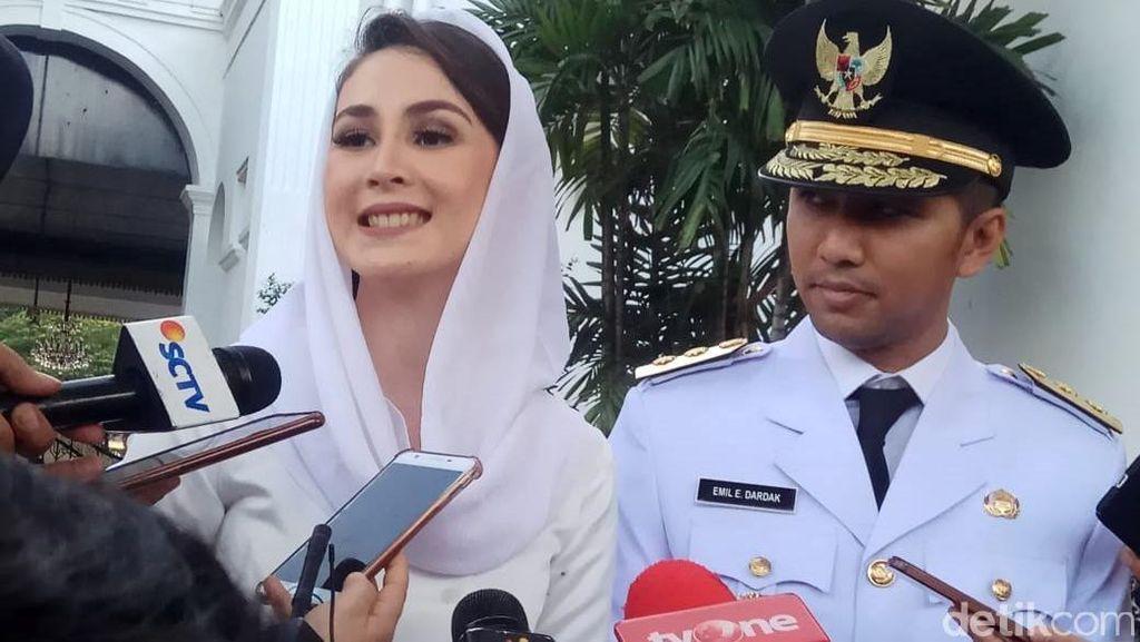 Senyum Semringah Arumi Bachsin saat Dampingi Suaminya Dilantik