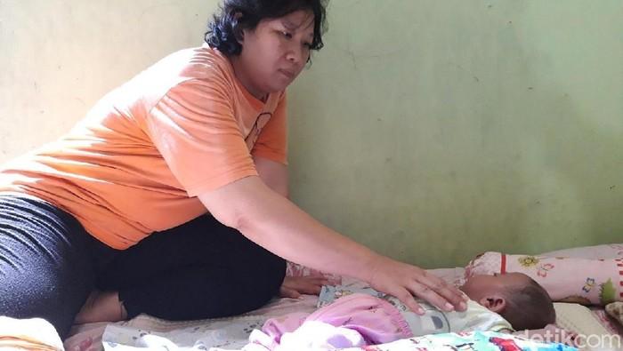 Anke merawat anaknya, Sagan yang tengah tidur. Foto: Ragil Ajiyanto