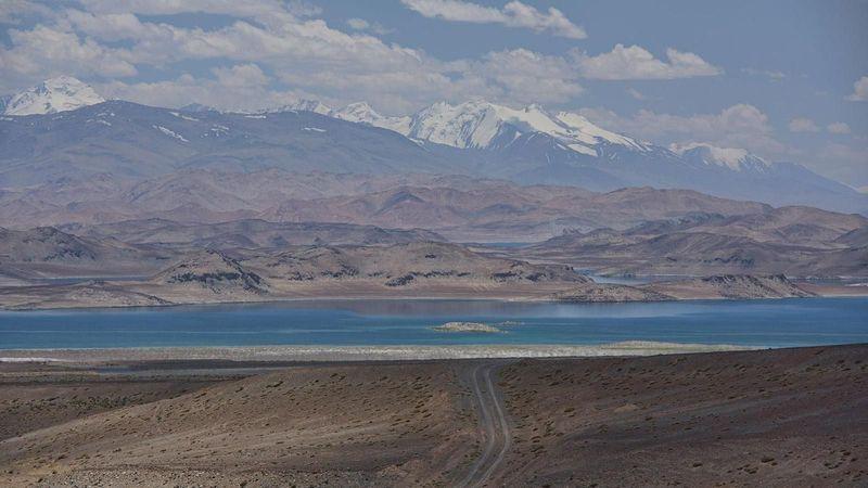 Inilah Danau Karakul di Tajikistan, di ketinggian 4.000 mdpl dan berada di tengah-tengah Pegunungan Pamir (Dave Stamboulis/BBC Travel)