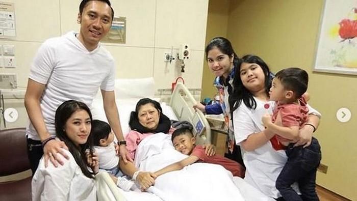 Ani Yudhoyono ditemani keluarga dan elit partai Demokrat selama menjalani pengobatan kanker darah. (Foto: Dok. Instagram Annisa Pohan)