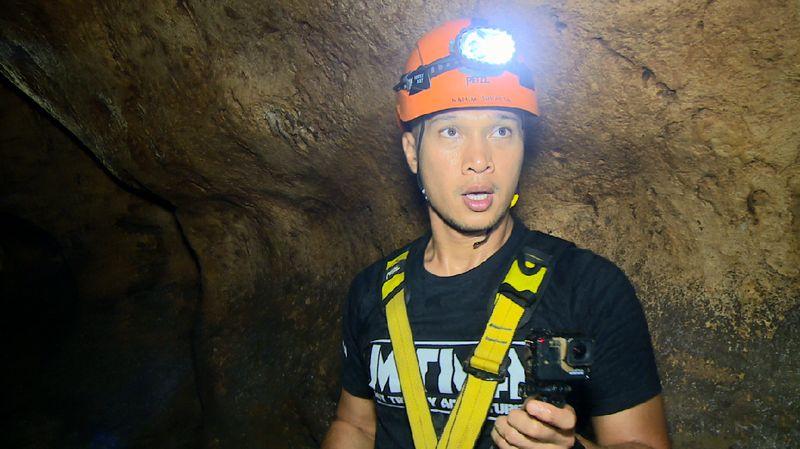 Host MTMA Bima Aryo harus bertahan melewati gua yang sempit dan sesak dalam pencarian korban di dalamnya (My Trip My Adventure)