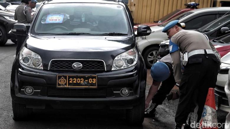 Polisi Tertibkan Parkir Liar di Halaman Polda Metro Jaya