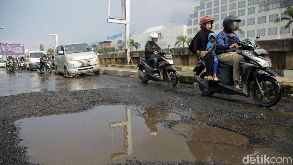Jalan Rusak Ancam Pemotor