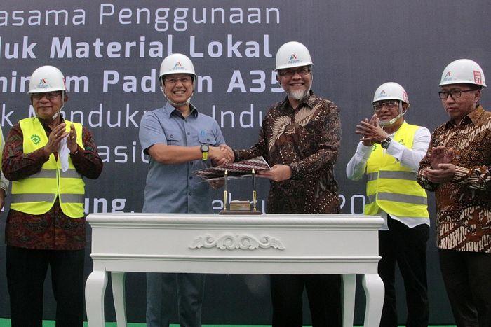 Menteri Perekonomian Darmin Nasution (ketiga kiri), Dirjen ILMATE Kemenperin Harjanto (kanan), Gubernur Sumut Edy Rahmayadi (kedua kanan) dan Bupati Kabupaten Batubara Sumut Zahir (kiri) menyaksikan MoU antara Presiden Direktur PT Toyota Motor Manufacturing Indonesia (TMMIN) Warih Andang Tjahjono (ketiga kanan) dan Direktur Utama PT INALUM Budi Gunadi Sadikin (tengah) di PT INALUM Kwala Tanjung, Bautabara, Sumut, Kamis (14/2/2019). Pool/Inalum.