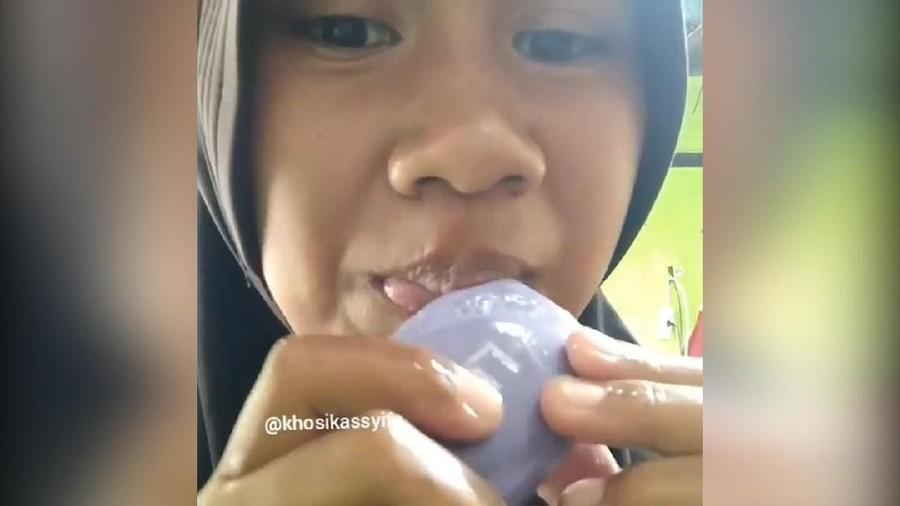 Heboh Wanita Makan Sabun