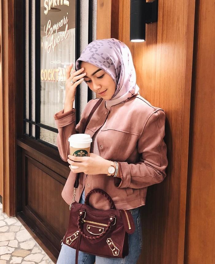 Melody Prima merupakan pesinetron yang kini menjadi ibu satu anak. Makin terlihat cantik, begini gaya Melody saat sedang menikmati kopi hangat. Foto: Instagram@melodyprima