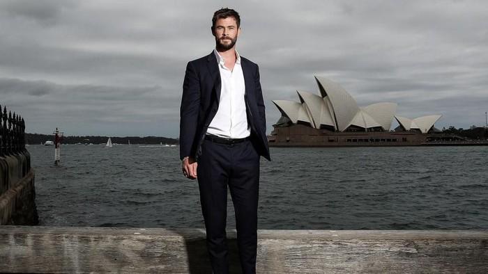SYDNEY, AUSTRALIA - OCTOBER 15:  Chris Hemsworth poses during a photo call for Thor: Ragnarok on October 15, 2017 in Sydney, Australia.  (Photo by Mark Metcalfe/Getty Images for Disney)