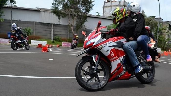 Safety Riding Promotion Dealer sepeda motor Honda Jakarta Tangerang, PT. Wahana Makmur  Sejati (WMS) ajak pasangan yang rayakan hari Valentine berperilaku aman saat kendarai motor.