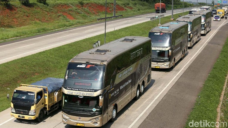 Perusahaan Otobus (PO) Putera Mulya baru saja meluncurkan layanan Bus Trans Jawa, di Pulogebang Jakarta Timur, Kamis (14/2). Bus ini mampu melaju 120 km/jam di jalan Tol.