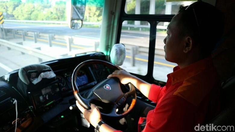 Sopir bus Foto: Agung Pambudhy