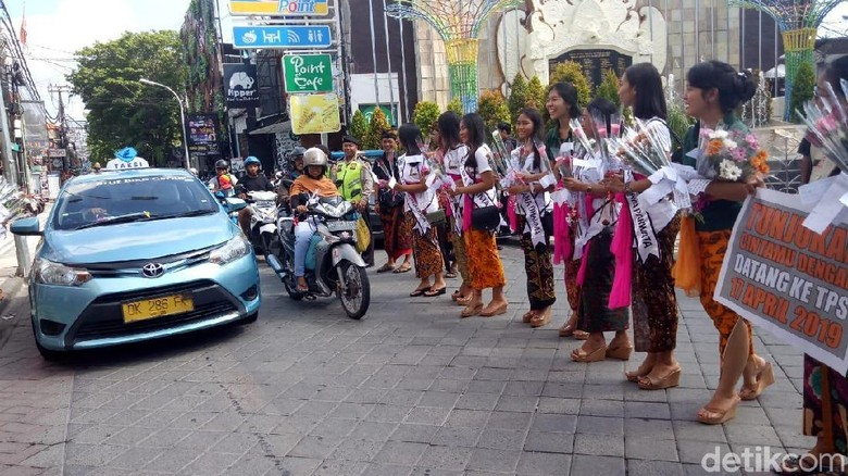 KPU Bali Bagi-bagi Mawar Sambil Ajak Milenial Tak Golput