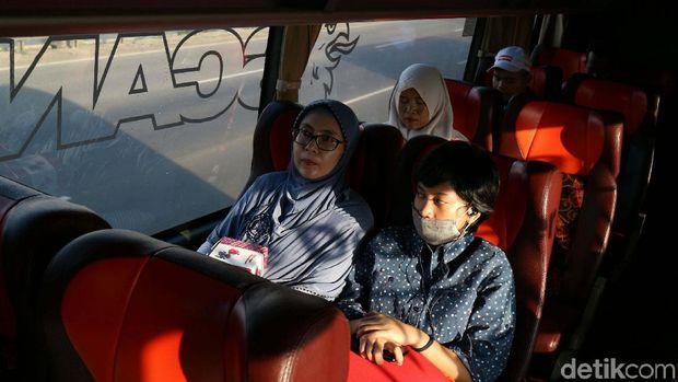 Penumpang bus Trans Jawa