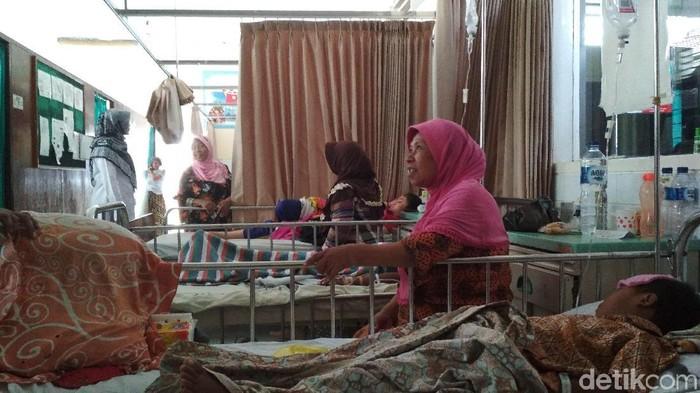 Pasien demam berdarah di Blitar tengah mendapat perawatan. (Foto : Erliana Riady)