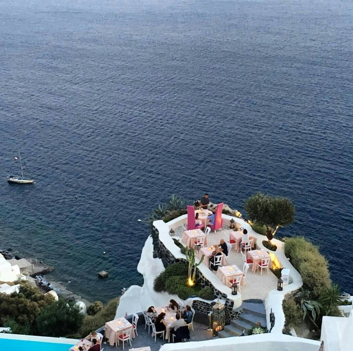 Lycabettus Restaurant di Santorini, Yunani, dikenal dengan pemandangan laut yang indah. Restoran ini menawarkan berbagai hidangan mewah, yang bisa dinikmati pasangan tepat diatas ketinggian laut yang menajubkan. Foto: Istimewa