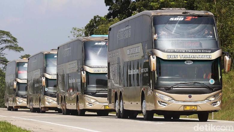 Bus double decker di tol Trans Jawa (Foto: Agung Pambudhy)