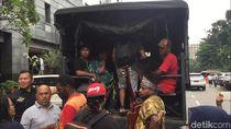 Polisi Pindahkan 36 Pendemo Istana ke Kantor Walikota Jakpus