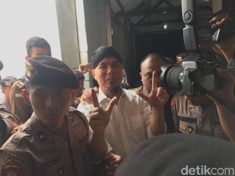 Sidang Ketiga Kasus Idiot, Dhani Ber-Blangkon Lagi