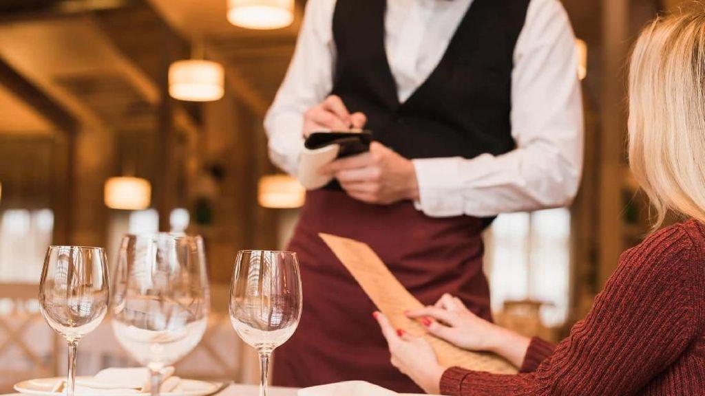 Duh! Gara-gara Salah Alamat Pria Ini Kerja di Restoran yang Salah