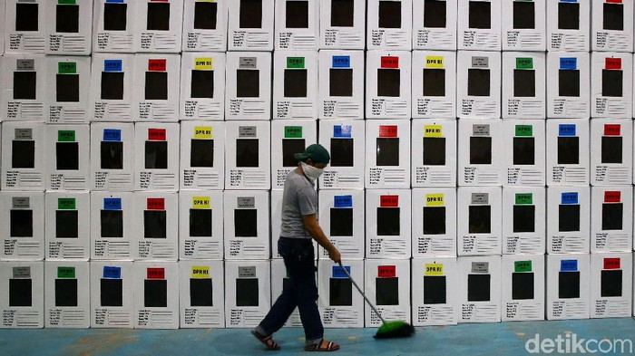 Penyelenggaraan Pemilu 2019 makin dekat. KPU mulai mengerahkan pekerjanya untuk merakit kotak suara di berbagai daerah, termasuk Depok.