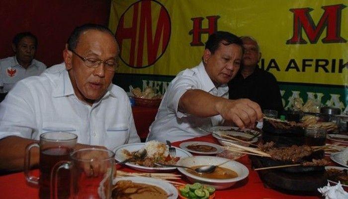 Capres Prabowo Subianto tengah lahap menikmati sate ayam di salah satu warung sate. Ia ditemani Ketua Dewan Pembina Partai Golkar, Aburizal Bakrie. Foto: Istimewa