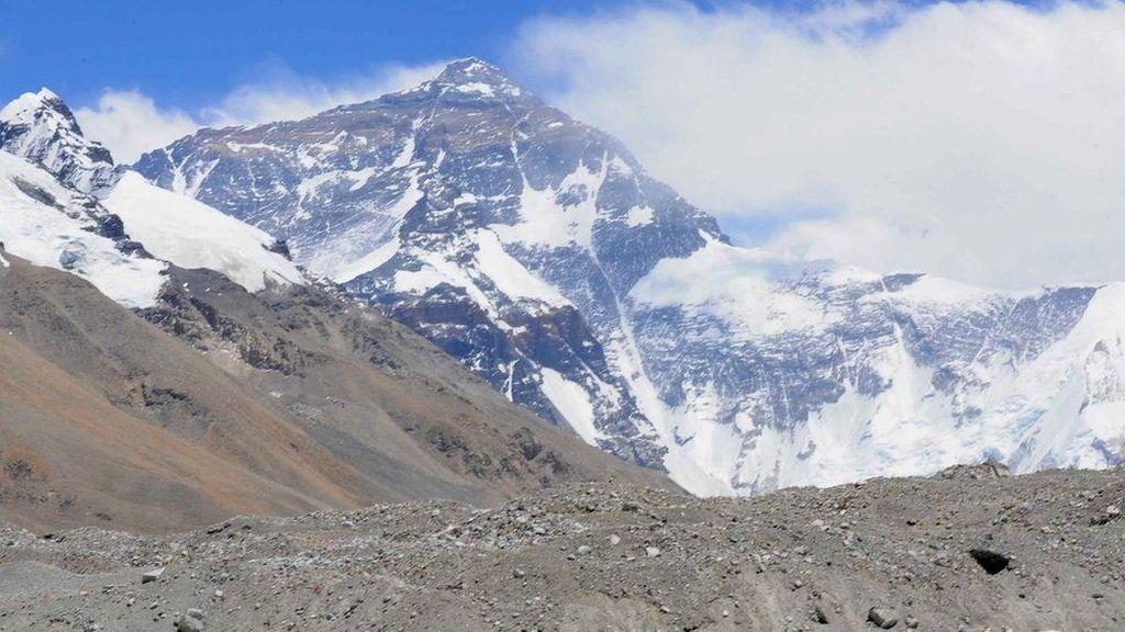 Lapisan es di Gunung Everest baru-baru ini dilaporkan mencair dengan cepat. Foto: BBC World