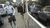 Aksi Manusia Silver Hibur Pengendara di Kemacetan Bekasi