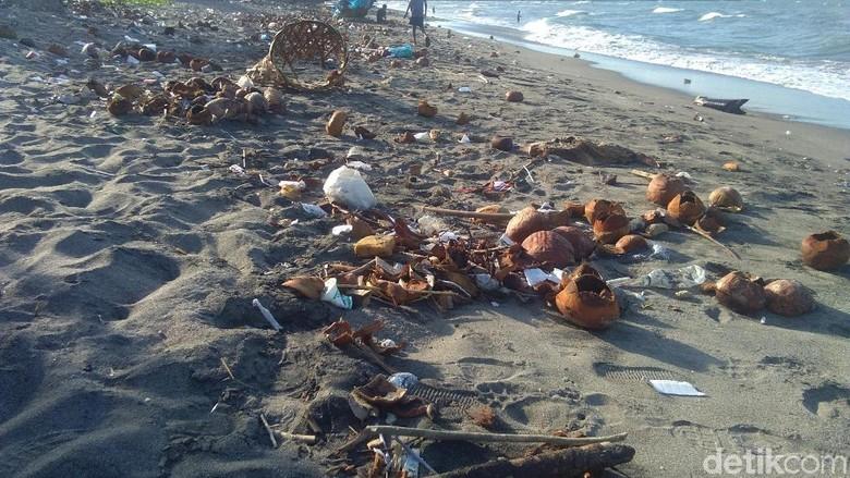 Pantai Ujong Blang, Lhokseumawe, Aceh dipenuhi limbah kelapa muda dan sampah plastik (Datuk Haris Molana/detikTravel)