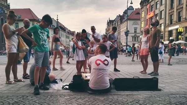 No Barriers! Kisah Pelukis Difabel Asal Polandia