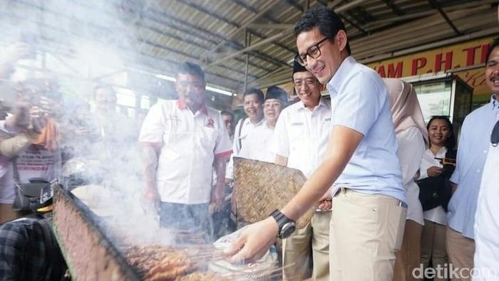 Saking sukanya dengan sate, Cawapres Sandiaga Uno bahkan mengipasi sate ayam yang ada sebuah gerai sate ambal di Kecamatan Ambal, Kebumen, Jawa Tengah. Foto: Rinto Heksantoro/detikcom