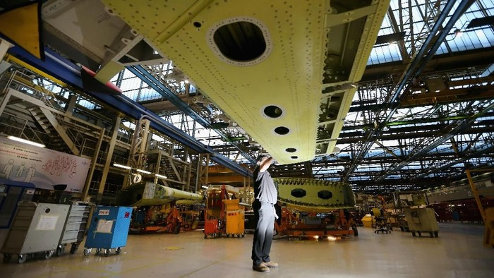 Pesawat  Airbus A380 akan dihentikan produksinya karena terus merugi. Sebelum resmi dihentikan, yuk lihat pabrik superjet tersebut.