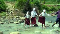 Puluhan Tahun Warga Enam Kampung di Cianjur Menantang Maut di Sungai