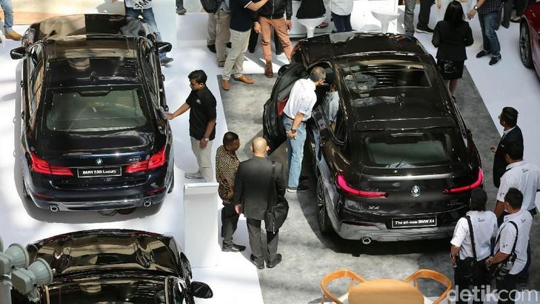 BMW menggelar pameran di Plaza Senayan, Jakarta Foto: Agung Pambudhy