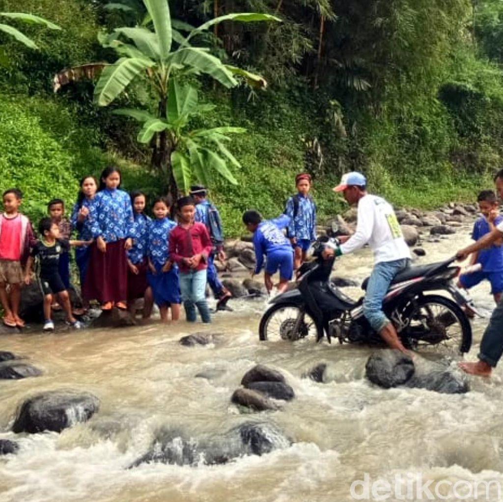 Plt Bupati Cianjur akan Cek Warga 6 Kampung yang Sebrangi Sungai
