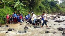Nelangsanya Siswa SD Cianjur yang Terpaksa Nyebrang Sungai ke Sekolah