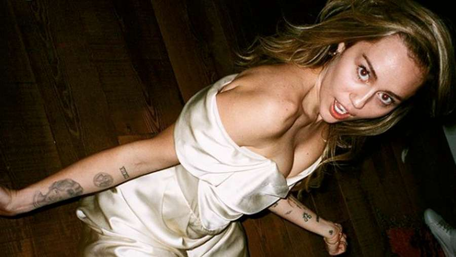 Rayakan Valentine, Miley Cyrus Bagi-bagi Foto Pernikahannya