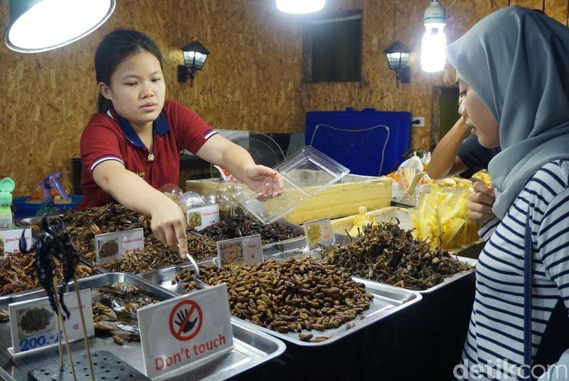 Saat berwisata ke Thailand, coba deh ke Asiatique pada malam hari. Banyak aneka jajanan seru di sana (Shinta/detikTravel)