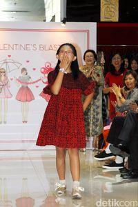 Aksi Davina, anak dengan Down Syndrome, berjalan bak model di fashion show Alleira Batik.