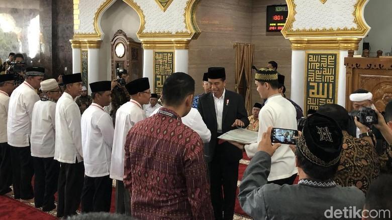 Jokowi Salat Jumat Bagi Sertifikat Wakaf Di Masjid Baitul