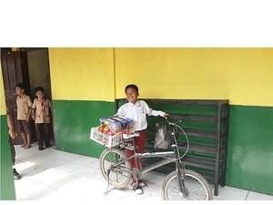 Bocah SD Ini Viral Karena Jualan Cilok Sambil Sekolah