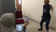 Kocak! Cleaning Service di Sulbar Bernyanyi demi Sembuhkan Pasien