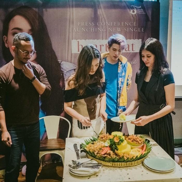 Press conference single pertama, Mawar Eva de Jongh terlihat sedang memotong tumpeng nasi kuning. Foto: Instagram@mawar_eva