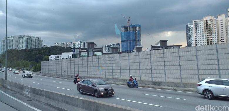 Motor masuk tol ambil jalur kiri di Malaysia. Foto: Triono Wahyu S