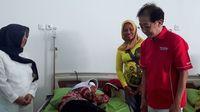 Direktur Sido Muncul Irwan Hidayat saat menjenguk pasien operasi katarak.