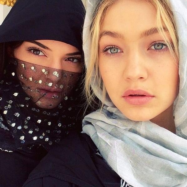 Potret Gigi Hadid dan rekannya Kendal Jenner dalam balutan hijab. Diketahui, Masjid Agung Sheikh Zayed memang mengharuskan tamunya datang tertutup dan sopan (gigihadid/Instagram)
