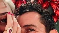 Keduanya berselfie, namun hanya memperlihatkan mata mereka saja. Foto: Instagram Katy Perry