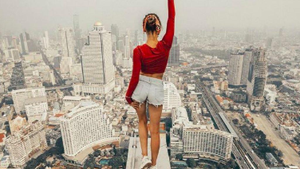 Masih Eksis, Wanita Ini Selfie di Ketinggian yang Bikin Kaki Ngilu